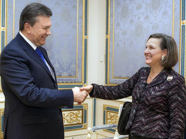 Ukrajinský prezident Viktor Janukovyč (vľavo) vítal vo februári roku 2014 námestníčku ššéfa americkej diplomacie pre európske záležžitosti Victoriu Nulandovú