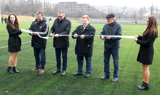 Slávnostného aktu prestrihnutia pásky a otvorenie futbalového štadióna v Tatranskej Lomnici sa zúčastnili prezident SFZ Ján Kováčik (na snímke tretí zľava), Richard Havrilla – prezident VsFZ a zástupcovia miest z Popradu a Vysoké Tatry.