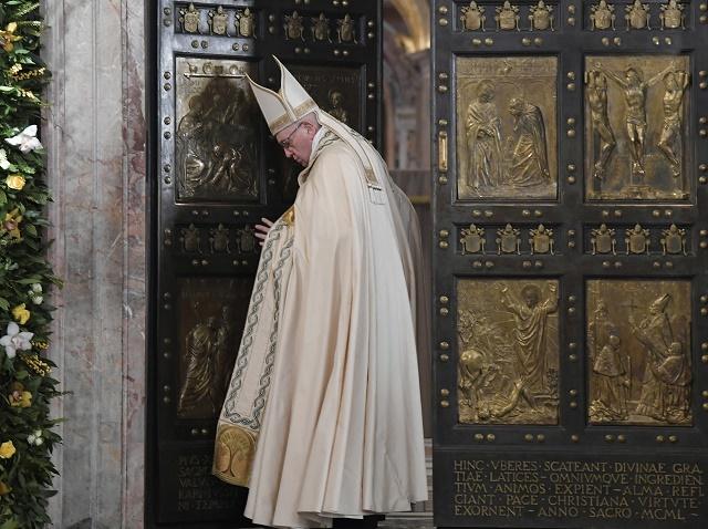 Pápežž Františšek zatvára Svätú bránu Baziliky sv. Petra vo Vatikáne, čím sa oficiálne 20. novembra 2016 ukončil Svätý rok milosrdenstva, 11-mesačný katolícky sviatok