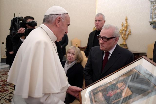 Americký filmový režisér Martin Scorsese odovzdáva dar pápežovi Františkovi počas súkromnej audiencie
