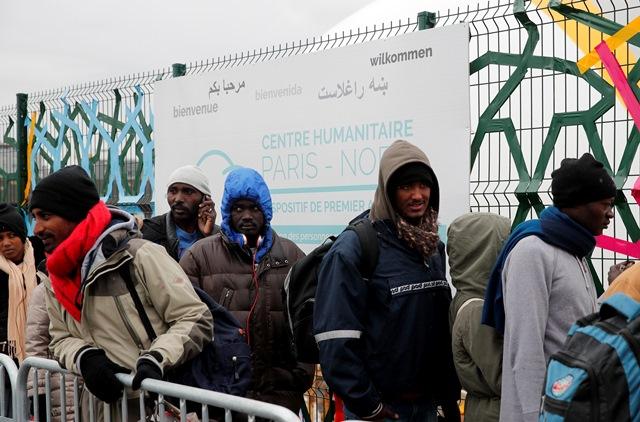 Migranti prichádzajú do nového prijímacieho centra v Paríži