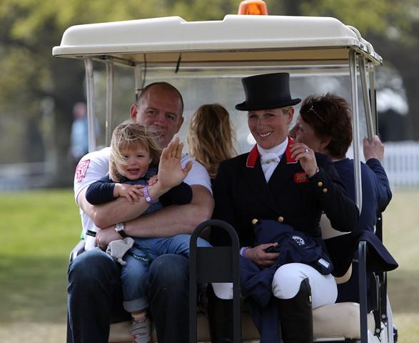 Na snímke vnučka kráľovnej Alžbety II. Zara Tindallová (vpravo), jej manžel Mike Tindallová a ich dcéra Mia v Badmintone