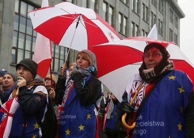 Na snímke učitelia protestujú v centre Varšavy proti rozsiahlej reforme školstva, ktorú pripravuje tamojšia konzervatívna vláda