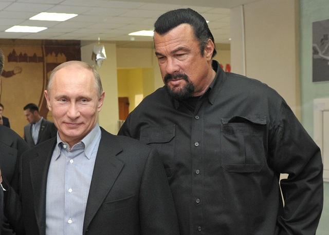 Na archívnej snímke Ruský prezident Vladimir Putin (vľavo) a americký herec Steven Segal