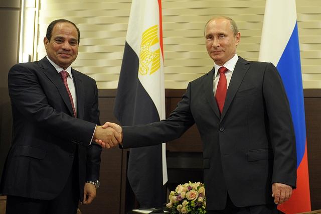 Na snímke zľava Vladimir Putin a egyptský prezident Fattah as Sisí