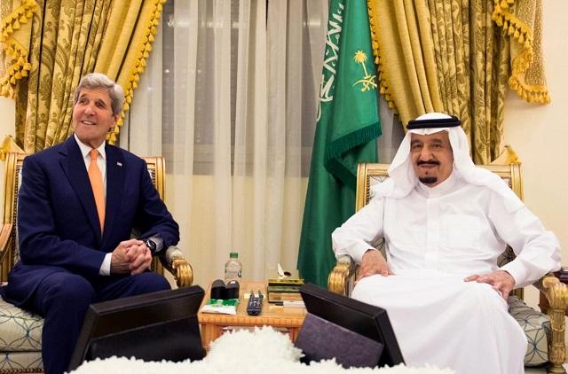 Na snímke John Kerry (vľavo) a schôdzke so Saudským zástupcom