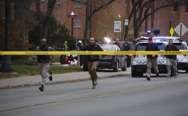 Policajti utekajú v areáli univerzity v meste Columbus v americkom štáte Ohio, kde došlo k streľbe