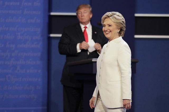 Na snímke Hillary Clintonová a Donald Trump