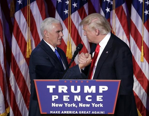 Na snímke   víťaz amerických prezidentských volieb Donald Trump (vpravo) a Trumpov spolukandidát Mike Pence, guvernér Indiany, ktorý obsadí post viceprezidenta