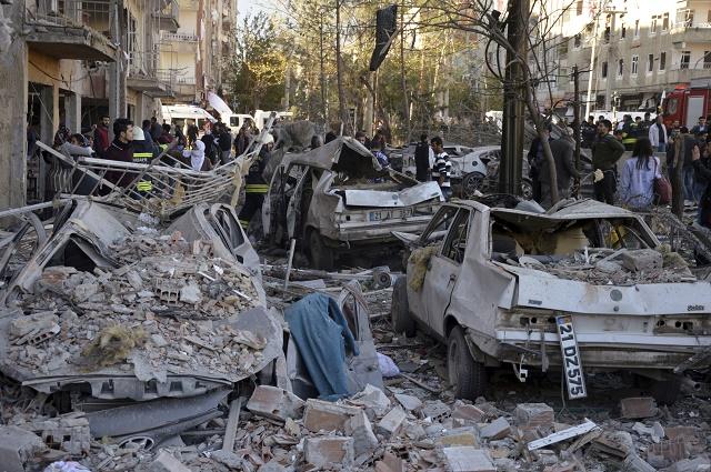 Explózia bomby umiestnenej pravdepodobne v aute, si vyžiadala minimálne 8 obetí a stovku zranených
