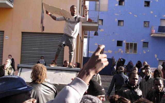 Snímka z protestov v Turíne talianskeho média Sky TG24