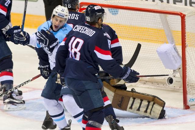 Na snímke vľavo v popredí Konstantin Okulov (Sibir) sa raduje po strelení úvodného gólu počas stretnutia hokejovej KHL Slovan Bratislava - Sibir Novosibirsk