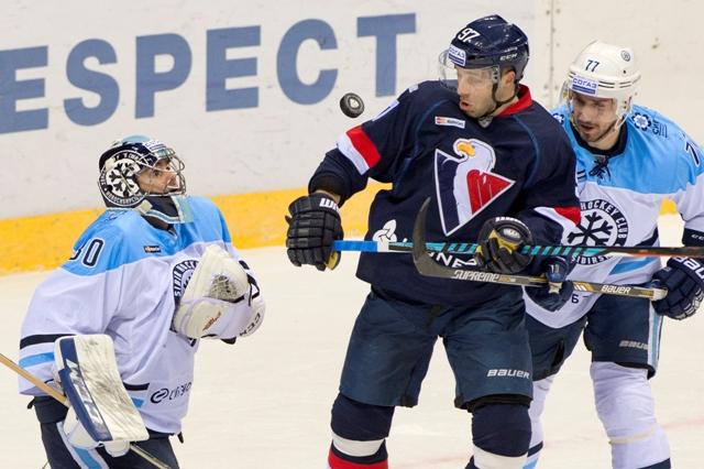 Na snímke zľava brankár Danny Taylor (Sibir), Tomáš Starosta (Slovan) a Fiodor Beľakov (Sibir) počas stretnutia hokejovej KHL Slovan Bratislava - Sibir Novosibirsk