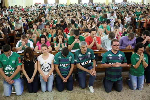 Fanúšikovia brazílskeho futbalového tímu Chapecoense počas sv. omše v brazílskom Chapecu