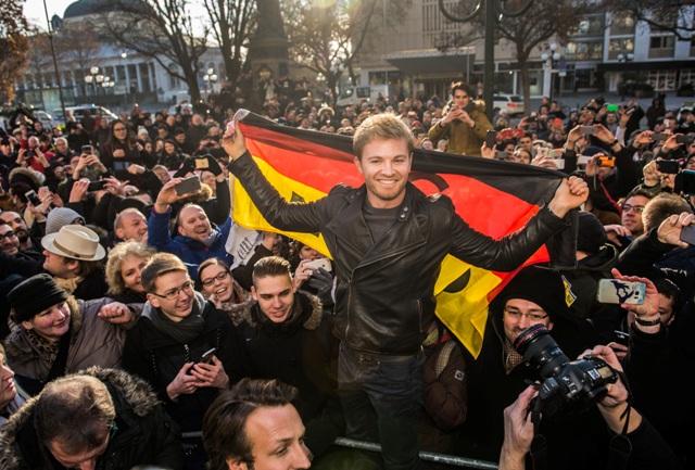 Na snímke majster sveta F1 Nemec Nico Rosberg oslavuje titul so svojimi priaznivcami počas návštevy svojho rodného mesta Wiebadenu