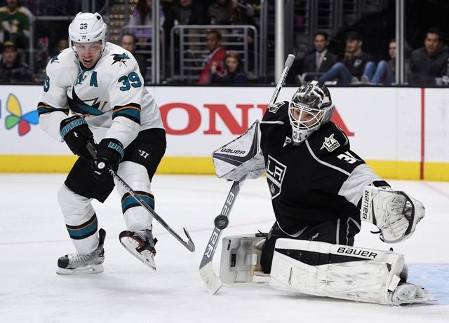 Úspešný zákrok brankára Kings, Slováka Petra Budaja v zápase zámorskej NHL San José Sharks - Los Angeles Kings