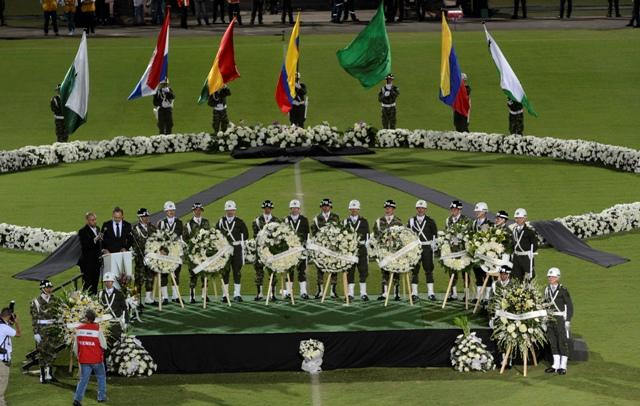Vojaci a policajti počas spomienkového obradu na počesť hráčov brazílskemu tímu Chapecoense, ktorí zahynuli počas leteckého nešťastia, 30. novembra 2016 na štadióne v kolumbijskom meste Medellin