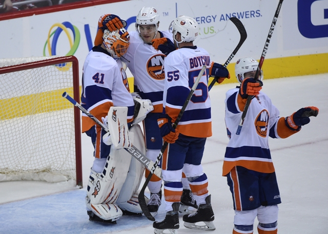 Slovenský brankár Islanders Jaroslav Halák prijíma gratulácie od spoluhráčov po víťazstve 3:0 v zápase zámorskej NHL New York Islanders - Washington Capitals