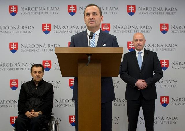 Na snímke zľava prezident Slovenského paralympijskeho výboru Ján Riapoš, poslanec NR SR Dušan Tittel (SNS) prezident Slovenského olympijského výboru Anton Siekel