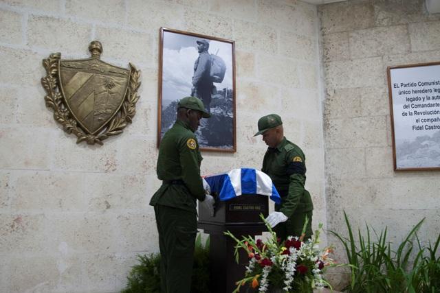 Vojaci umiestňujú urnu s popolom kubánskeho lídra Fidela Castra pokrytú kubánskou zástavou na piedestál po jej príchode do mesta Camaguey 1. decembra 2016