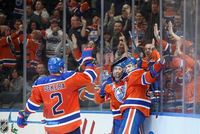 Hráči Edmontonu Oilers Andrej Sekera (2), Jordan Eberle (14) a Leon Draisaitl (29) sa tešia z gólu počas zápasu zámorskej NHL proti Anaheimu Ducks