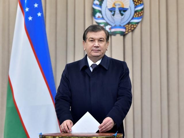 Úradujúci uzbecký prezident Šavkat Mirzijojev vhadzuje obálku počas prezidentských volieb v Taškente 4. decembra 2016