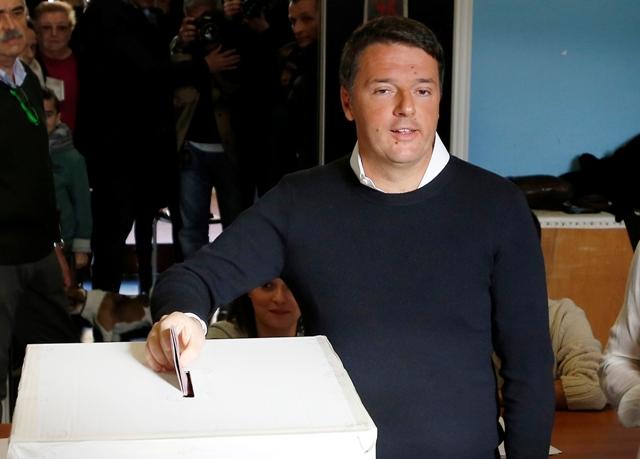 Taliansky premiér Matteo Renzi vhadzuje volebný lístok do urny počas referenda o ústavnej reforme 4. decembra 2016 v Pontassieve