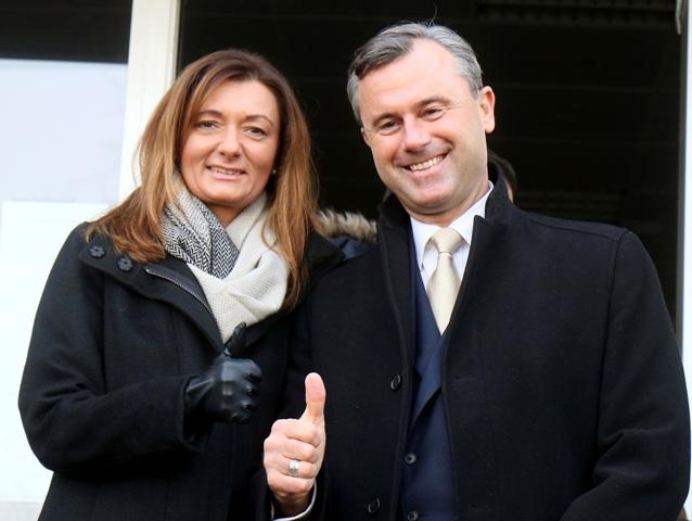 Prezidentský kandidát pravicovo populistickej Slobodnej strany Rakúska (FPÖ) Norbert Hofer a jeho manželka Verena Hoferová odchádzajú z volebnej miestnosti po hlasovaní v 2. kole prezidentských volieb 4. dcembra 2016 v Pinkafelde