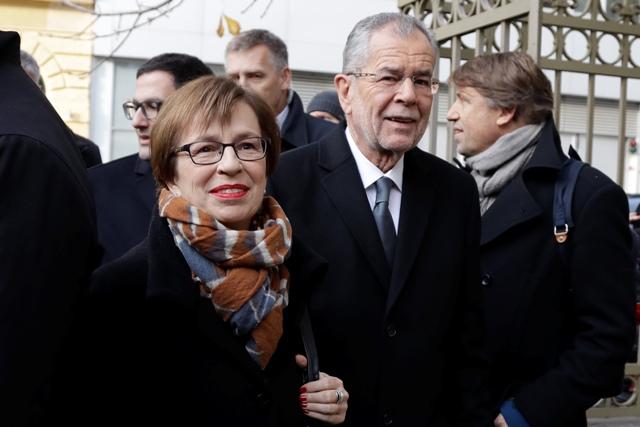 Kandidát na rakúskeho prezidenta Alexander Van der Bellen a jeho manželka Doris Schmidauerová prichádzajú do volebnej miestnosti  v 2. kole prezidentských volieb 4. dcembra 2016 v Pinkafelde Foto:TASR/AP-Matthias Schrader