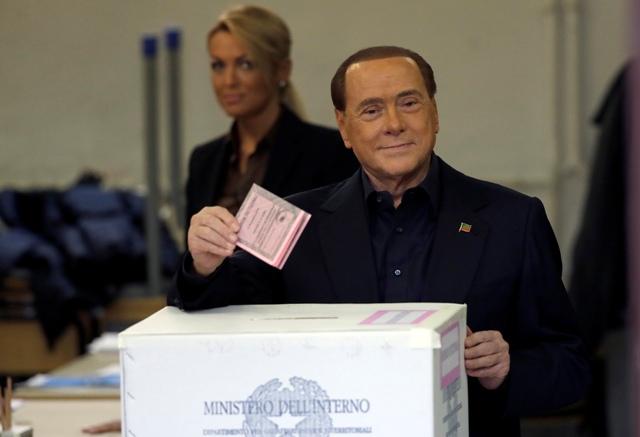 Bývalý taliansky premiér Silvio Berlusconi vhadzuje volebný lístok do urny počas referenda o ústavnej reforme 4. decembra 2016
