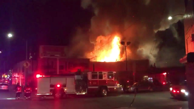 Na videosnímke pohľad na požiar 3. decembra 2016 v Oaklande