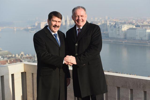 Slovenský prezident Andrej Kiska (vpravo) a maďarský prezident János Áder si podávajú ruky počas stretnutia v priestoroch prezidentského paláca v Budapešti 5. decembra 2016