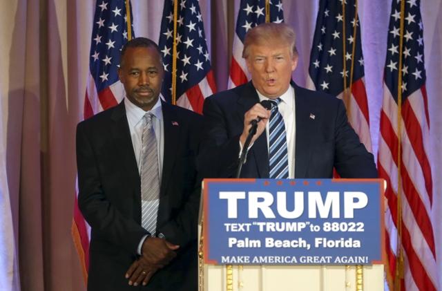 Na snímke vľavo Ben Carson a novozvolený americký prezident Donald Trump