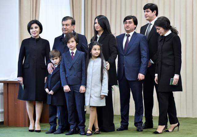 Úradujúci uzbecký prezident Šavkat Mirzijojev (druhý vľavo hore) pózuje s rodinou po hlasovaní v prezidentských voľbách v Taškente 4. decembra 2016