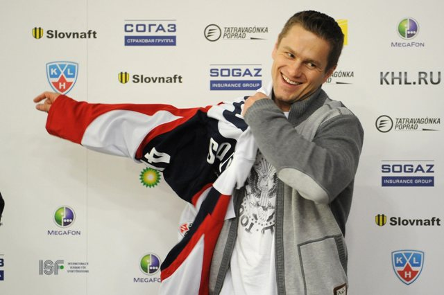Na archívnej snímke z 23. januára 2013 je útočník Marek Svatoš po podpise zmluvy so Slovanom Bratislava