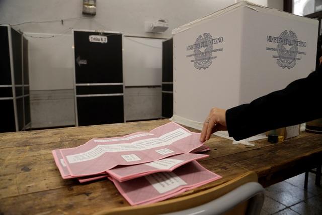 Volebné lístky ležia na stole vo volebnej miestnosti počas referenda o ústavnej reforme 4. decembra 2016 v Ríme