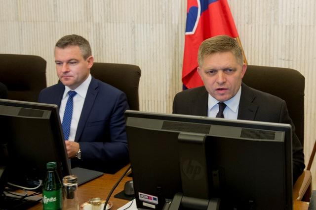 Na snímke predseda vlády SR Robert Fico (vpravo) a podpredseda vlády SR pre investície a informatizáciu Peter Pellegrini