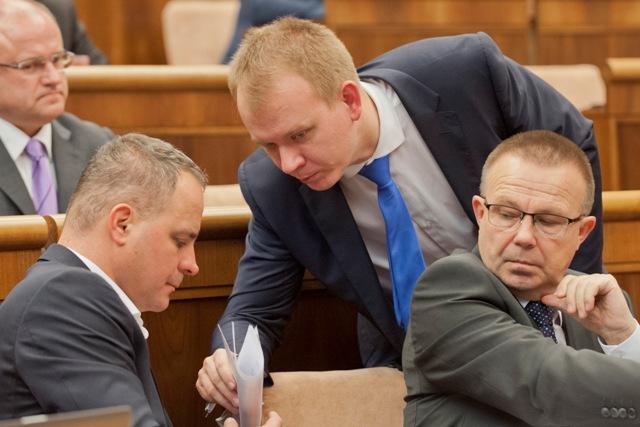 Na ilustračnej snímke zľava poslanci Juraj Droba (SaS), Miroslav Beblavý (nezaradený) a Milan Laurenčík (SaS)