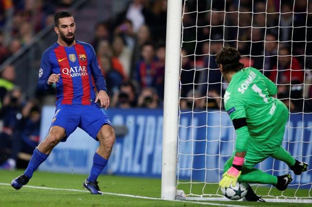 Na snímke hráč Barcelony Arda Turan strieľa svoj štvrtý gól v zápase C-skupiny Ligy majstrov FC Barcelona - Borussia Mönchengladbach