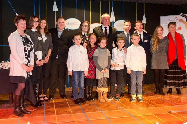 Na snímke uprostred prezident SR Andrej Kiska v spoločnosti ocenených