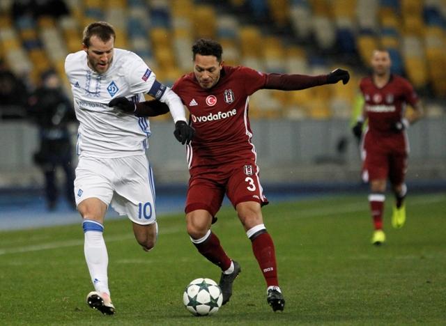 Na snímke vľavo hráč Dynama Andrej Jarmolenko, vpravo hráč Besiktasu Adriano v zápase  6. kola B-skupiny futbalovej Ligy majstrov Dynamo Kyjev - Besiktas Istanbul