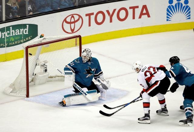 Chris Kelly (22) z Ottawy Senators strieľa gól brankárovi Martinovi Jonesovi zo San Jose Sharks počas zápasu zámorskej NHL