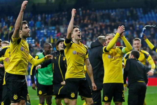 Futbalisti Borussie Dortmund sa tešia s fanúšikmi po šlágri 6. kola F-skupiny futbalovej Ligy majstrov Real Madrid - Borussia Dortmund
