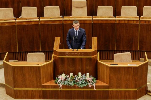 Na snímke podpredseda vlády SR pre investície a informatizáciu Peter Pellegrini počas prezentácie návrhu Súhrnnej výročnej správy Slovenskej republiky za rok 2015 počas pokračovania 11. schôdze Národnej rady Slovenskej republiky