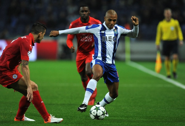Hráč Porta Yacine Brahimi (vpravo) a hráč Leicesteru Luis Hernandez v súboji o loptu v zápase 6. kola LM skupiny G FC Porto - Leicester City
