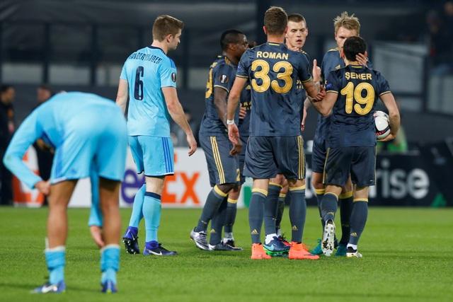 Hráči Fenerbahce - tretí sprava slovenský stopér Martin Škrtel, si gratulujú po víťazstve 1:0 v zápase 6. kola EL skupiny A Feyenoord Rotterdam - Fenerbahce Istanbul