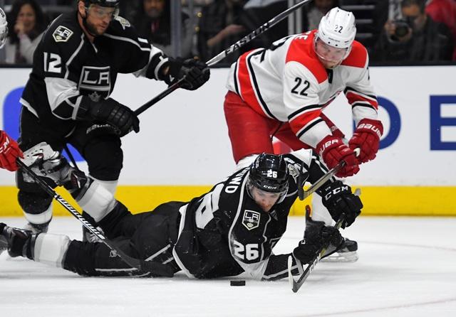 Hokejisti Los Angeles Kings Nic Dowd (uprostred), Slovák Marián Gáborík (vľavo) a hokejista Caroliny Hurricanes Brett Pesce (vpravo) počas zápasu zámorskej hokejovej NHL Los Angeles Kings - Carolina Hurricanes
