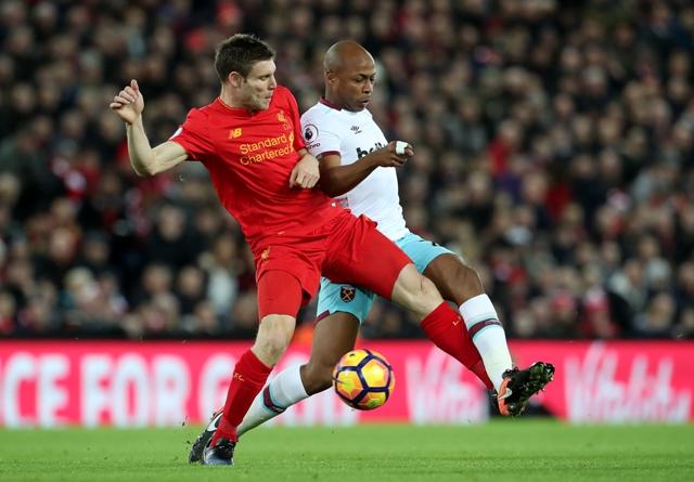 Na snímke hráč Liverpoolu James Milner (vľavo) a hráč West Hamu Andre Ayew (vpravo) v súboji o loptu v zápase 15. kola anglickej Premiere League FC Liverpool - West Ham United