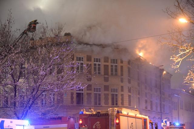 Na snímke dym stúpa počas hasenia strechy budovy Univerzity Pavla Jozefa Šafárika počas požiaru v Košiciach 9. decembra 2016