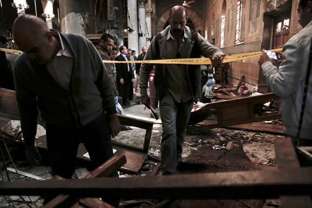 Egyptské bezpečnostné jednotky vyšetrujú v Katedrále sv. Marka 11. decembra 2016 v Káhire